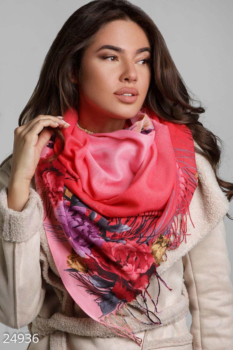 Яркий шарф-палантин
