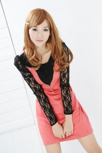 Ярко-розовое платье с кружевными рукавами