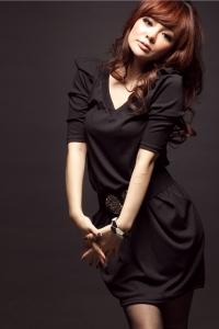 '.Модное черное платье с V-образным вырезом .'