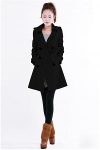 '.Черное пальто с двойным рядом пуговиц и шлицей сзади .'