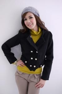 '.Черное укороченное пальто с металлическими пуговицами и белой от .'