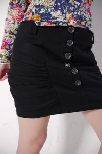 Черная короткая юбка с декоративными пуговицами  (размер L)