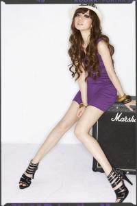 '.Фиолетовое мини-платье с V-образным вырезом горловины .'