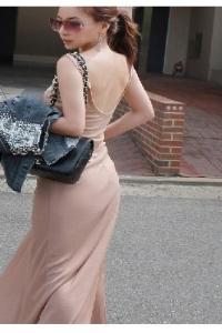 Нежное розовое платье с полуоткрытой спиной