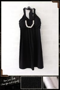 Короткое черное платье с металлическим украшением