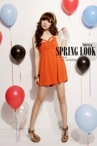 '.Оранжевое платье на узких бретелях .'
