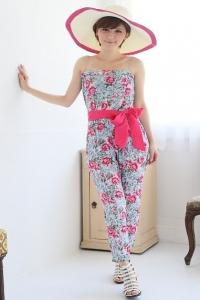 '.Женский комбинезон с длинными брюками и цветочным принтом .'