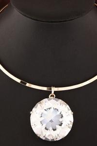 '.Ожерелье с большим кристаллом .'