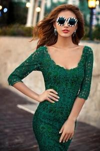 Зеленой кружевное платье